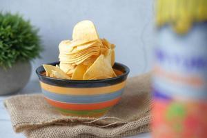 patatine in una ciotola foto