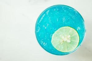 bicchiere da cocktail sul tavolo foto