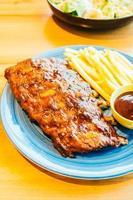 barbecue alla griglia o costata barbecue con patatine fritte foto