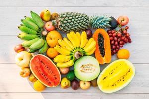 frutta mista con mela banana arancia e altro foto