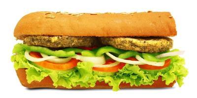 isolato sub panino vegetariano in stile con verdure, peperoni, pomodori, lattuga su sfondo bianco foto