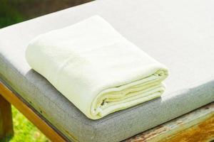 asciugamano sulla sedia nel resort di hotel di lusso foto