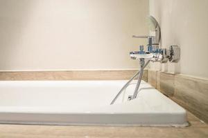 rubinetto dell'acqua di una vasca da bagno foto