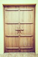 vecchia porta di legno in stile tailandese - filtro vintage foto