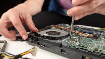 primo piano di una riparazione del computer portatile foto