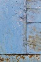 muro blu graffiato arrugginito foto
