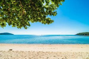 bellissima spiaggia tropicale e mare foto