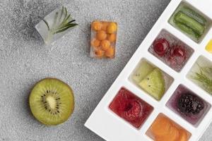 vista dall'alto di frutta congelata in una vaschetta del ghiaccio foto