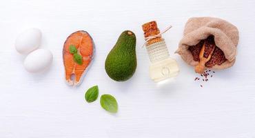 ingredienti per la selezione di cibi sani su fondo di legno bianco foto