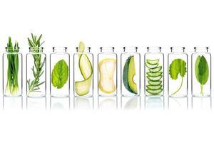 cura della pelle alternativa con ingredienti naturali in bottiglie di vetro isolato su sfondo bianco foto