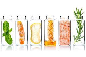 bottiglie di vetro di cura della pelle fatta in casa con ingredienti naturali