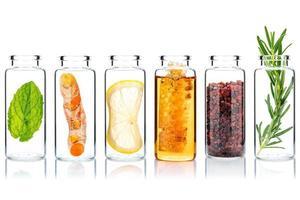 bottiglie di vetro di prodotti per la cura della pelle e scrub per il corpo fatti in casa con ingredienti naturali