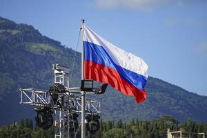 bandiera russa con uno sfondo di montagne a Yalta, Crimea foto