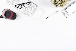 accogliente ufficio sul posto di lavoro su sfondo bianco foto