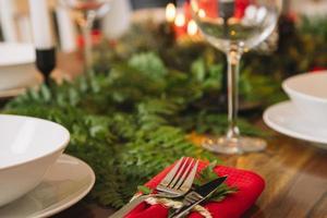 decorazioni alla cena di Natale con bicchiere di vino foto