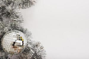 palla da discoteca con orpelli sul tavolo bianco foto