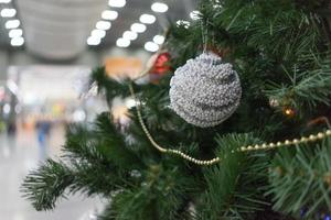 primo piano di un albero di natale e ornamenti in una stazione ferroviaria di adler, russia foto