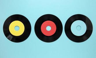 dischi di vecchio disco piatto laici su sfondo blu foto