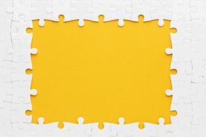 concetto di telaio piatto puzzle laici con colori giallo e bianco foto