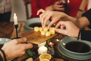 amici che mangiano formaggio a Natale foto