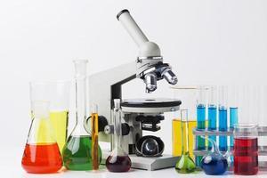 vista frontale di elementi scientifici con composizione chimica su sfondo bianco foto