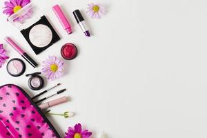 caso di trucco cosmetici su sfondo neutro foto