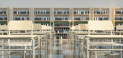 file di banchi di scuola in aula con scaffali pieni di libri foto