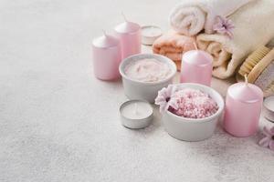 close-up candele per la cura della pelle spa con un asciugamano foto