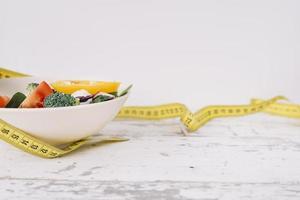 nastro di misurazione di cibo sano con verdure fresche, concetto foto