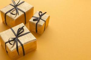 scatole regalo ad alto angolo con copia spazio su sfondo giallo foto