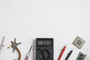 strumenti elettronici di alta vista con chip di computer su fondo in legno foto