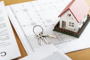 alta vista del modello di casa giocattolo e chiavi foto