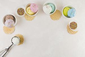 palline di gelato e cialde foto