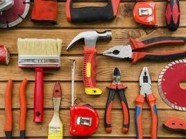 strumenti per un falegname sulla scrivania in legno foto