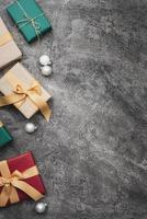 regali di Natale colorati su sfondo di marmo con spazio di copia foto