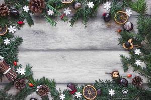 tavolo di confine con rametti di conifere foto