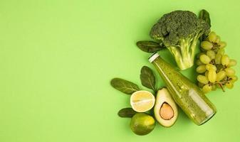 copia spazio concetto di frullato di frutta biologica in verde foto