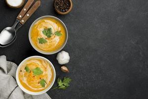 composizione deliziosa zuppa autunnale piatta laici con spazio di copia foto