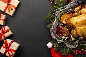 Piatto delizioso assortimento di cibi natalizi con spazio di copia foto