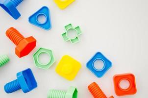bambini di giocattoli per bambini di corrispondenza piatto laici su sfondo bianco foto