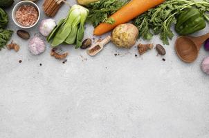 le verdure piatte si mescolano con lo spazio della copia foto