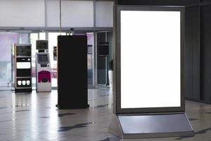 cartellone bianco in piedi vista frontale foto