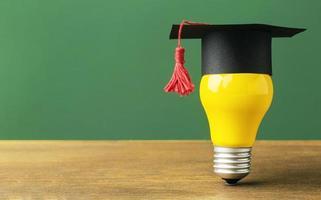 lampadina vista frontale con cappuccio accademico e spazio di copia foto