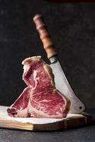 carne vista frontale con mannaia foto