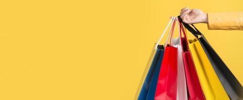 vista frontale della donna con il concetto di borsa della spesa su sfondo giallo foto