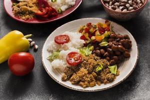 composizione di cibo brasiliano ad alto angolo foto