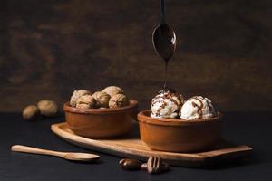 cioccolato artigianale che versa sopra il gelato foto