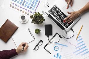 disposizione degli elementi per ufficio su sfondo bianco laici piatta foto
