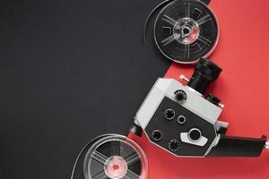 disposizione degli elementi del film su sfondo bicolore foto
