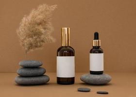 prodotti di bellezza assortiti su pietre grigie e sfondo arancione rustico foto